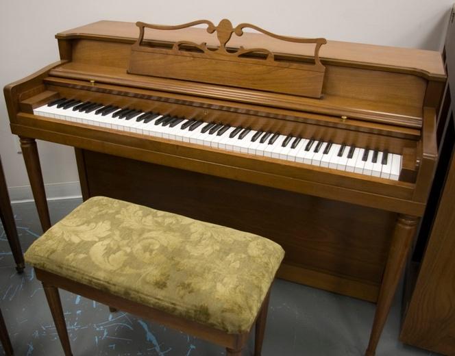 1959 wurlitzer spinet piano for Small upright piano dimensions
